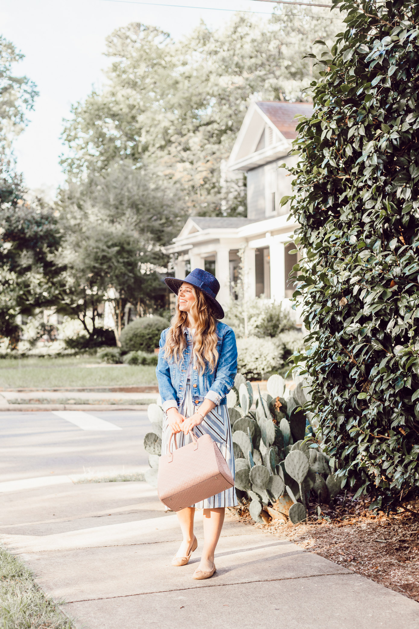 Casual Early Fall Outfit Idea | What to Wear When It's Fall But Doesn't Feel Like It on Louella Reese Life & Style Blog