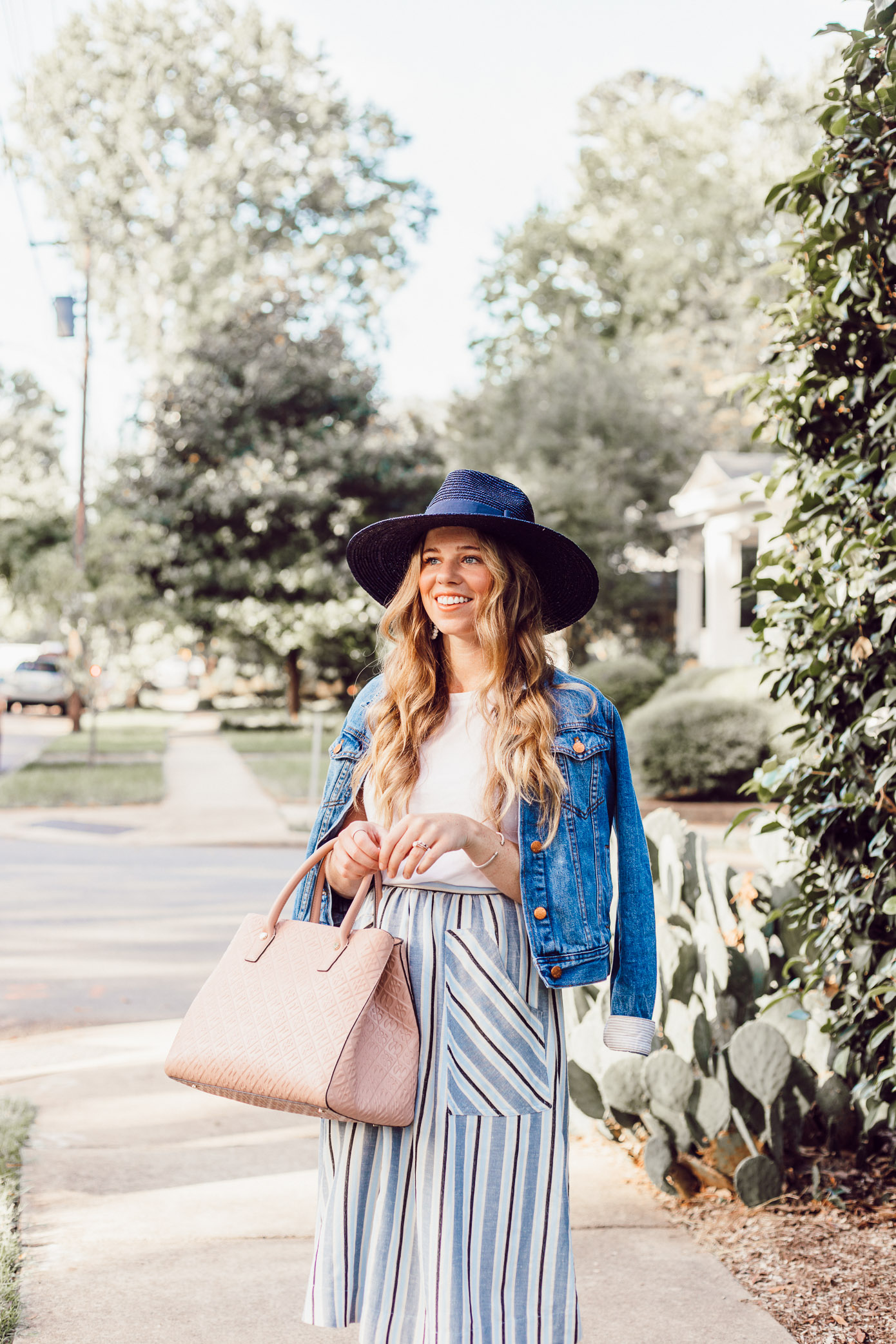 Casual Early Fall Outfit Idea | What to Wear When It's Fall But Doesn't Feel Like It on Louella Reese Blog