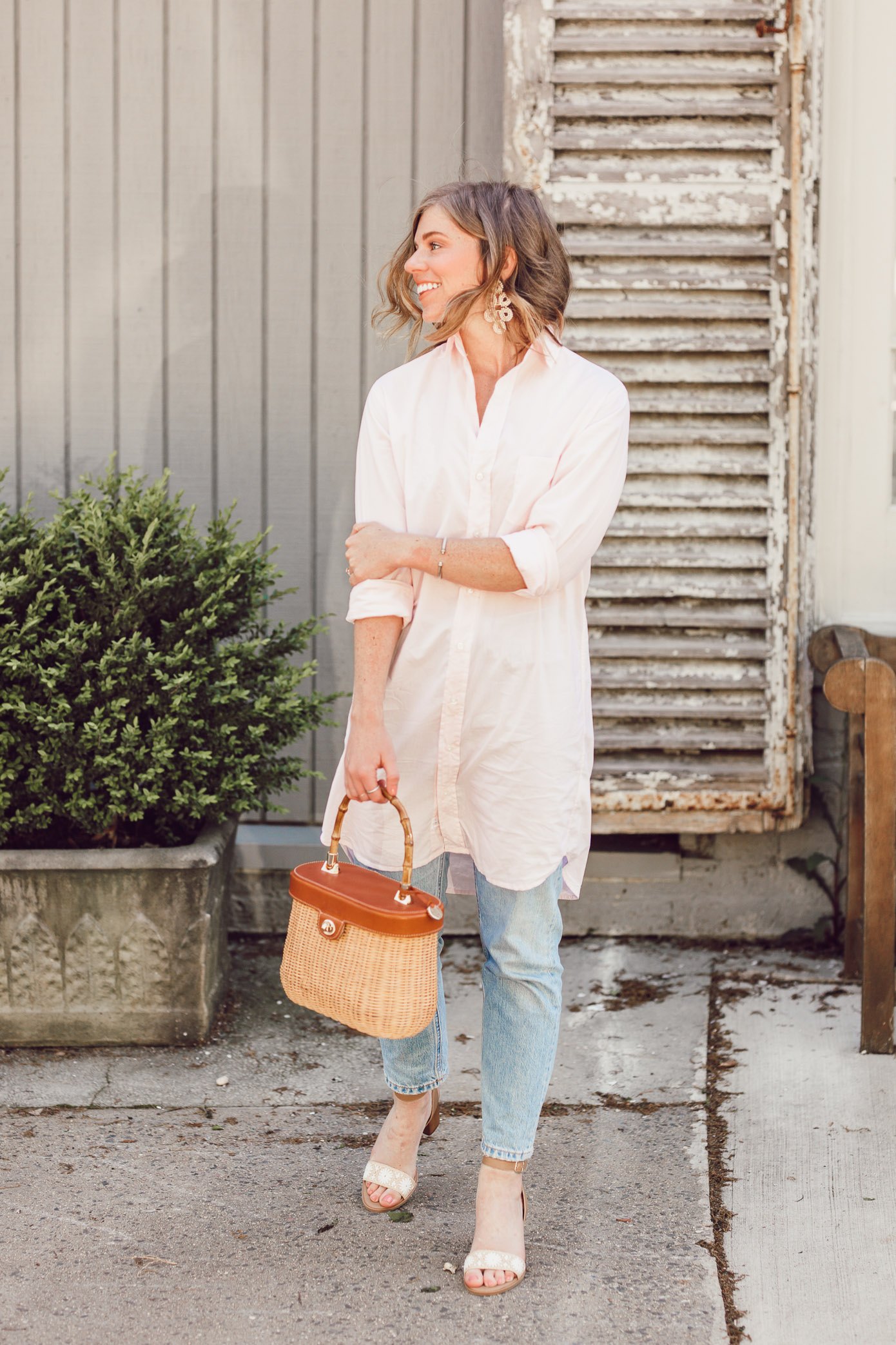 Laura Leigh of Louella Reese shows how to style an oversized button down shirt over jeans for spring | ft. Frank & Eileen, Everlane, Jack Rogers, and J.McLaughlin | Louella Reese