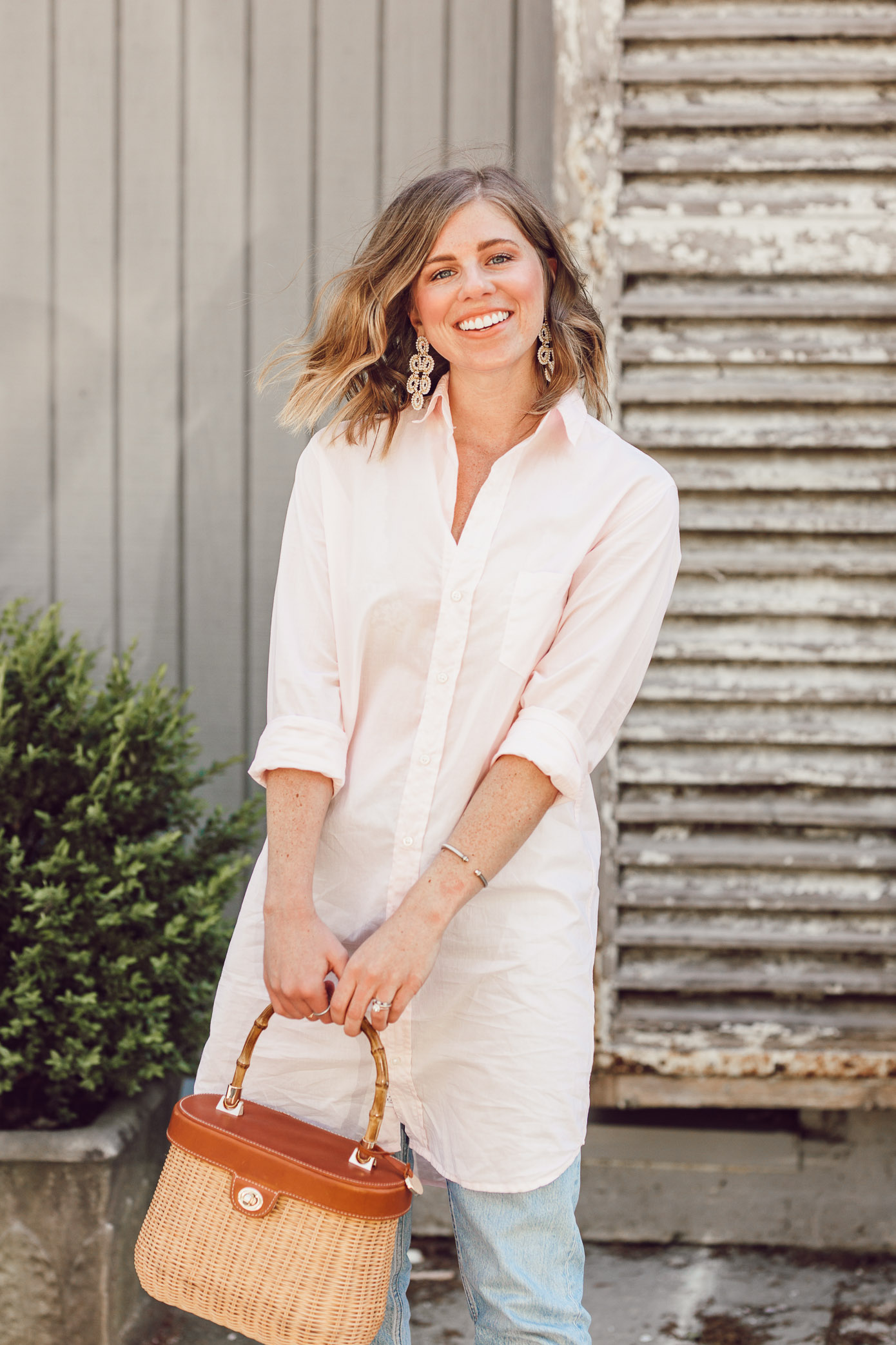 Laura Leigh of Louella Reese shows how to style an oversized button down shirt for spring | ft. Frank & Eileen, Everlane, Jack Rogers, and J.McLaughlin | Louella Reese
